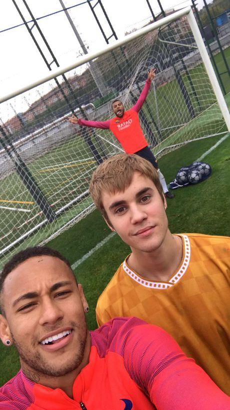 Justin Bieber bat ngo xuat hien trong buoi tap cua Barcelona - Anh 1