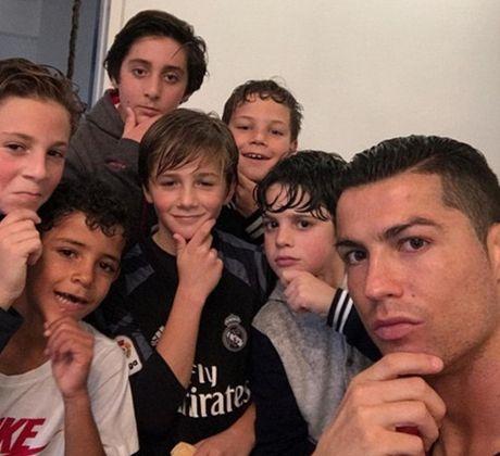 Ronaldo lai bi che gieu ve cach an mung moi - Anh 5