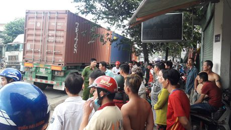 Binh Duong: 'Hung than' container can xe may, 1 nguoi tu vong - Anh 2