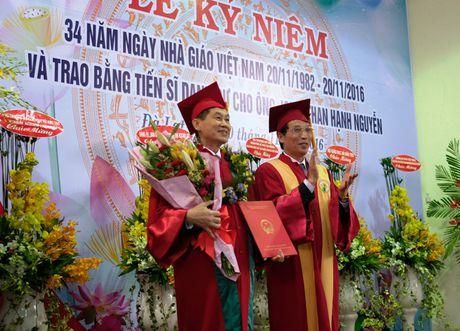 Doanh nhan Johnathan Hanh Nguyen nhan bang Tien si danh du - Anh 1