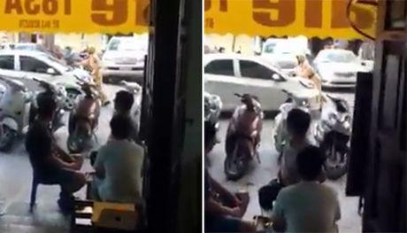 Lai xe o to dam CSGT tren duong Phung Hung roi bo chay - Anh 1