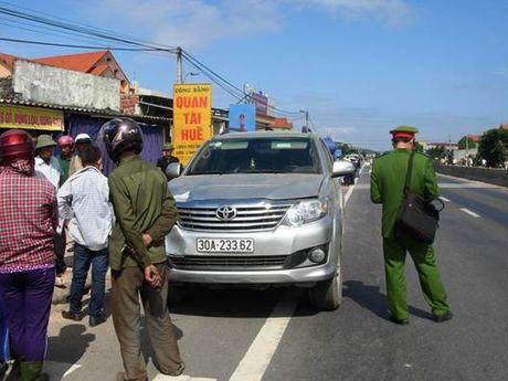 Quang Binh: Xe Fortuner mat lai, dam chet mot nguoi dan ong dang di bo - Anh 2