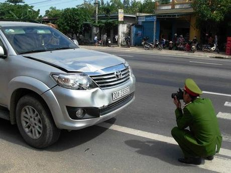 Quang Binh: Xe Fortuner mat lai, dam chet mot nguoi dan ong dang di bo - Anh 5