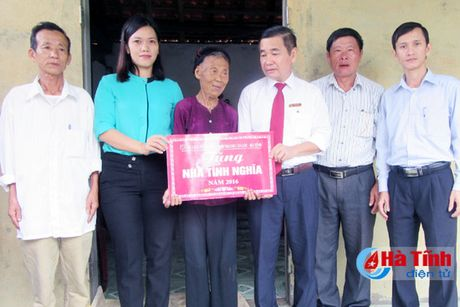 Agribank Can Loc ban giao nha tinh nghia cho vo liet sy - Anh 1