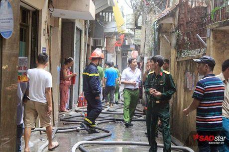 Chay xuong tai che dau nhot tren pho Tran Khat Chan, cot khoi den boc cao hang chuc met - Anh 3