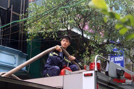 Chay xuong tai che dau nhot tren pho Tran Khat Chan, cot khoi den boc cao hang chuc met - Anh 4