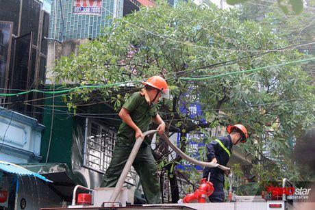 Chay xuong tai che dau nhot tren pho Tran Khat Chan, cot khoi den boc cao hang chuc met - Anh 5