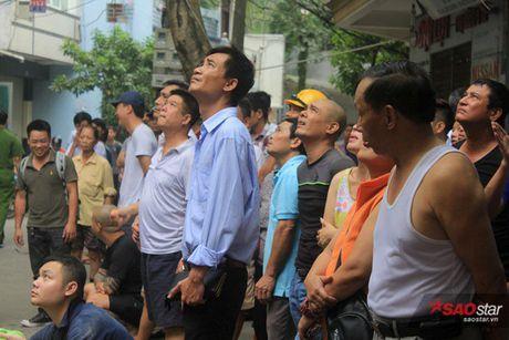 Chay xuong tai che dau nhot tren pho Tran Khat Chan, cot khoi den boc cao hang chuc met - Anh 6