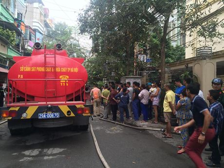 Ha Noi: Chay lon tren pho Tran Khat Chan, nguoi dan hoang loan - Anh 2