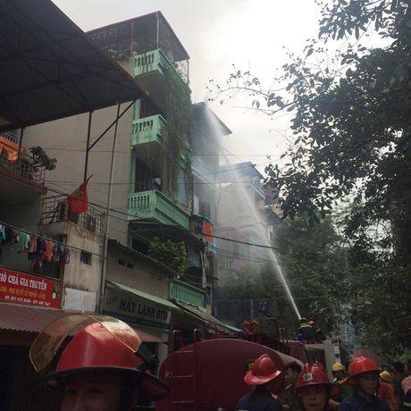 Ha Noi: Chay lon tren pho Tran Khat Chan, nguoi dan hoang loan - Anh 3