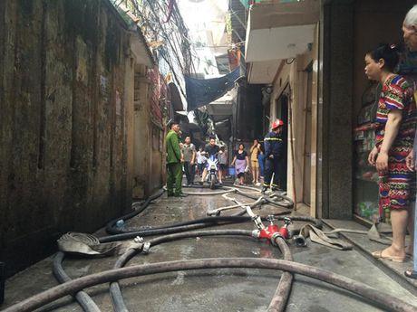Ha Noi: Chay lon tren pho Tran Khat Chan, nguoi dan hoang loan - Anh 5