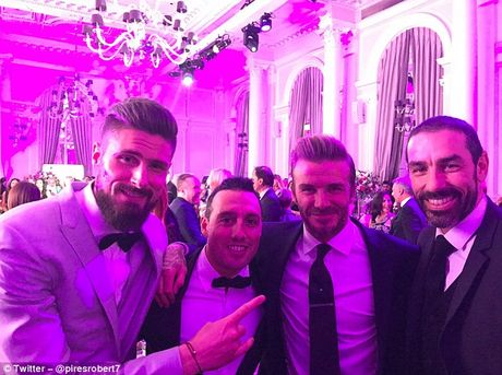 Beckham lam fan MU nong mat vi chup anh voi Giroud - Anh 1