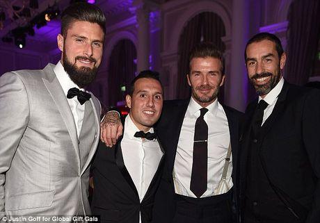 Beckham lam fan MU nong mat vi chup anh voi Giroud - Anh 2