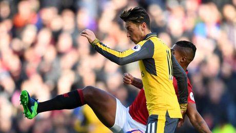 Doi hinh te nhat vong 12 Premier League: Mesut Ozil gay that vong - Anh 10