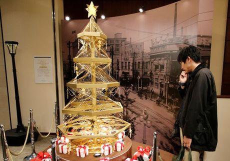Loa mat voi cay thong Noel lam bang vang rong o Tokyo - Anh 1