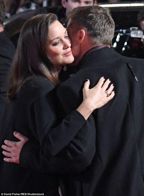 Brad Pitt va Marion Cotillard than mat tren tham do - Anh 2