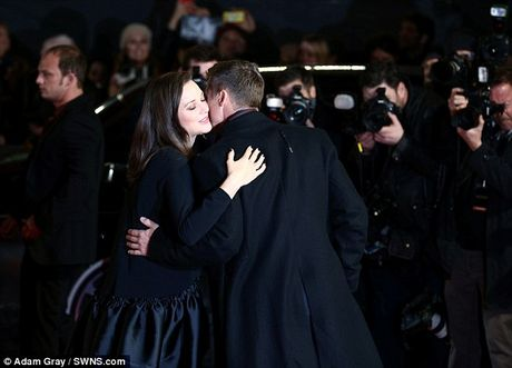 Brad Pitt va Marion Cotillard than mat tren tham do - Anh 7