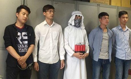 Nhom 9x dan dung clip 'khung bo dat bom' giua Ha Noi - Anh 1