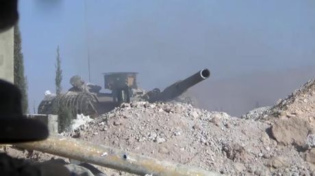 Phien quan run so khi nhin thay xe tang quan doi Syria o Damascus - Anh 1