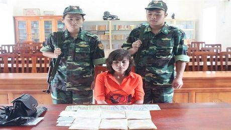 Quang Ninh: Bat giu doi tuong van chuyen gan 1kg ma tuy da - Anh 1