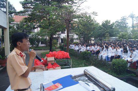 Nang cao nhan thuc Luat Giao thong cho hang tram hoc sinh - Anh 2