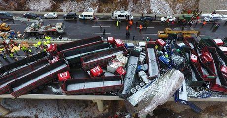 Khiep via nhin canh 56 xe tong nhau tren cao toc o Trung Quoc - Anh 4