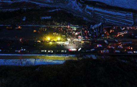 Khiep via nhin canh 56 xe tong nhau tren cao toc o Trung Quoc - Anh 7