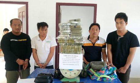 Bat 4 doi tuong tuon 69 banh heroin vao Viet Nam - Anh 1