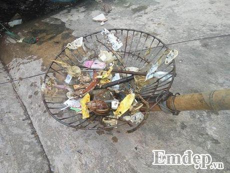 Mat ho Linh Dam bat ngo xuat hien luong lon... bao cao su da su dung - Anh 6