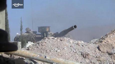 Video chien su Syria: Nhom phien quan thanh chien doi mat hung than T-72 - Anh 1