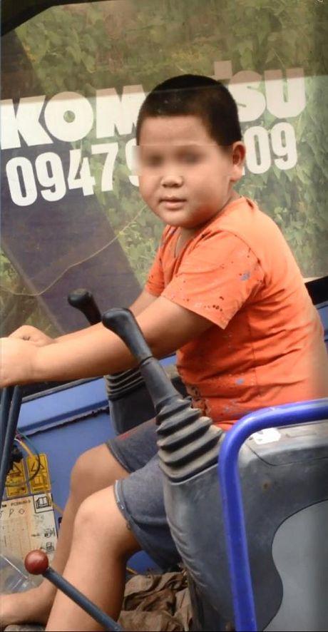 Phat hoang voi chau be lai may xuc di tren duong o Hung Yen - Anh 1