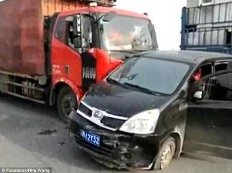 Hanh dong dep: Chan ngang xe tai de giai cuu bay cho tren duong dua toi lo giet mo - Anh 1