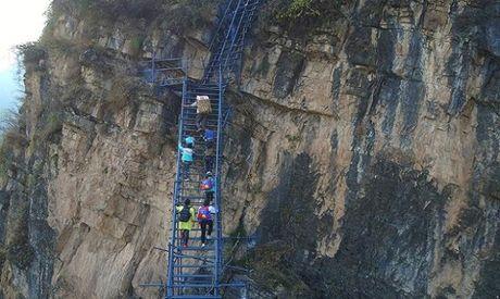 Thang thep den truong vat ngang vach nui 800 m o Trung Quoc - Anh 2