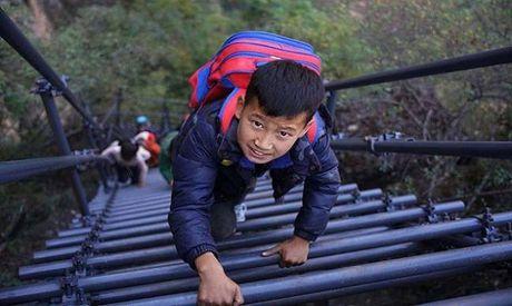 Thang thep den truong vat ngang vach nui 800 m o Trung Quoc - Anh 3