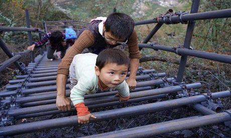 Thang thep den truong vat ngang vach nui 800 m o Trung Quoc - Anh 4