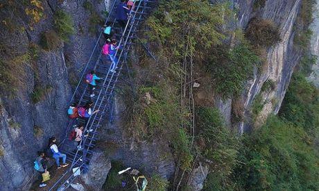 Thang thep den truong vat ngang vach nui 800 m o Trung Quoc - Anh 7