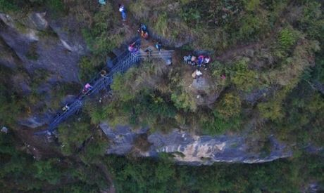 Thang thep den truong vat ngang vach nui 800 m o Trung Quoc - Anh 8