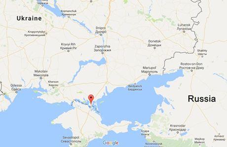 Ukraine bat hai binh si Nga gan Crimea - Anh 1
