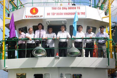 Ban giao tau vo thep thu 12 cho ngu dan Quang Ngai - Anh 2