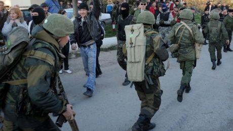 Ukraine bi to bat coc binh si Nga o Crimea - Anh 1