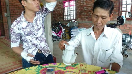 Nhom con do danh nguoi vo co gay tay - Anh 1