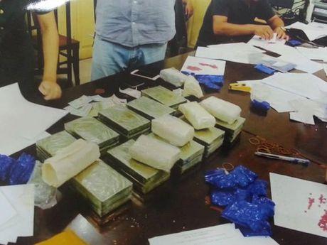 Doi tinh nhan giau 20 banh heroin trong canh cua xe - Anh 2