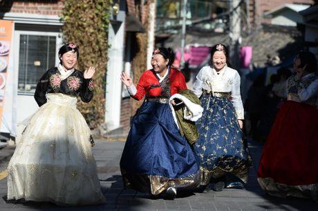 Du khach thue hanbok tung tang dao pho Seoul - Anh 10
