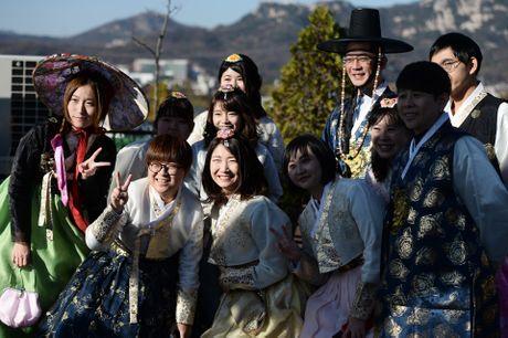 Du khach thue hanbok tung tang dao pho Seoul - Anh 14
