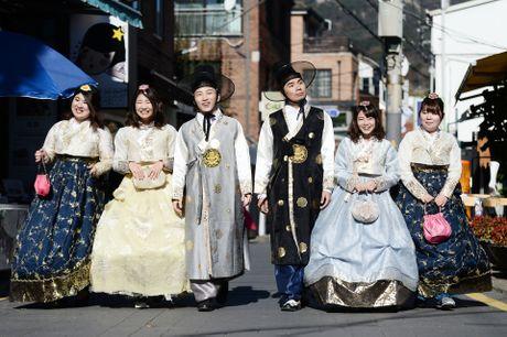 Du khach thue hanbok tung tang dao pho Seoul - Anh 1