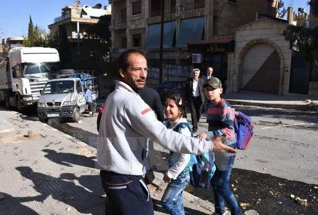 Quan doi Syria yeu cau phien quan de dan thuong so tan khoi Aleppo - Anh 1