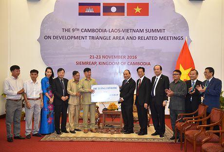 Thu tuong tang gao cho ba con Viet kieu ngheo o Siem Reap - Anh 1