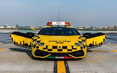 Lamborghini Huracan duoc dung lam xe dan duong may bay - Anh 1