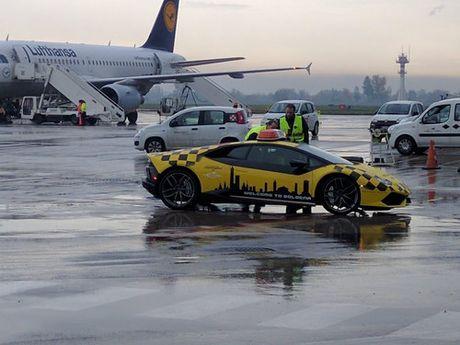 Lamborghini Huracan duoc dung lam xe dan duong may bay - Anh 2