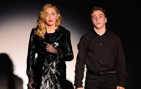 Con trai Madonna bi bat vi tang tru can sa - Anh 1